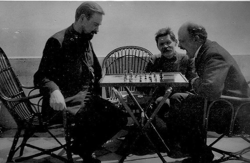 Vladimir_Lenin_plays_chess_with_Alexander_Bogdanov_during_a_visit_to_Maxim_Gorky_(April,_10_(23)_-_April,_17_(30)_1908)